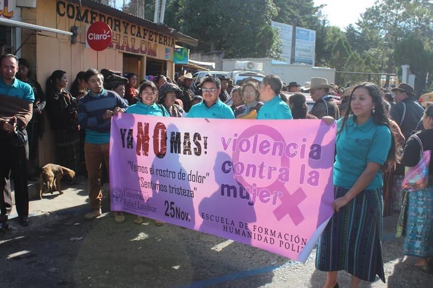 Mujeres participan en una marcha contra la violencia de género, en Sololá. (Foto Prensa Libre: Edgar René Sáenz)