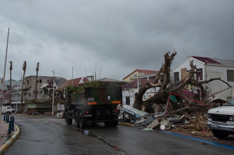 Varios escombros dejados por el huracán Irma en una calle en Marigot, en la isla caribeña francesa de San Martin. (AFP).
