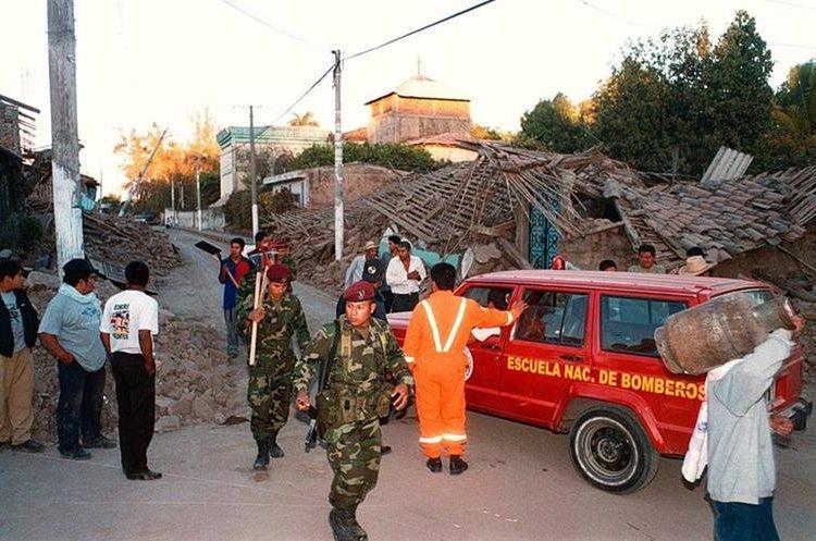 Bomberos trabajan rescatando personas en el municipio de San Lorenzo, El Salvador. (Foto: Hemeroteca PL)