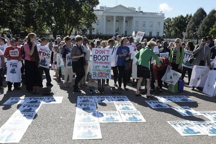 """Manifestantes sostienen banderas EEUU y centroamericanas gritan consignas bajo el lema """"Salvemos TPS"""" frente de la Casa Blanca en Washington.(Foto Prensa Libre:EFE)."""