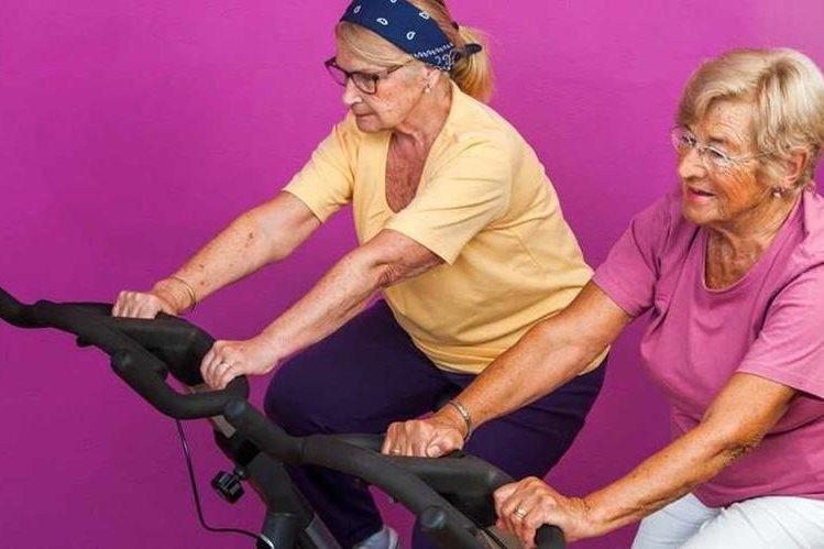 Adultos mayores se benefician con la práctica de actividad física, como terapia.