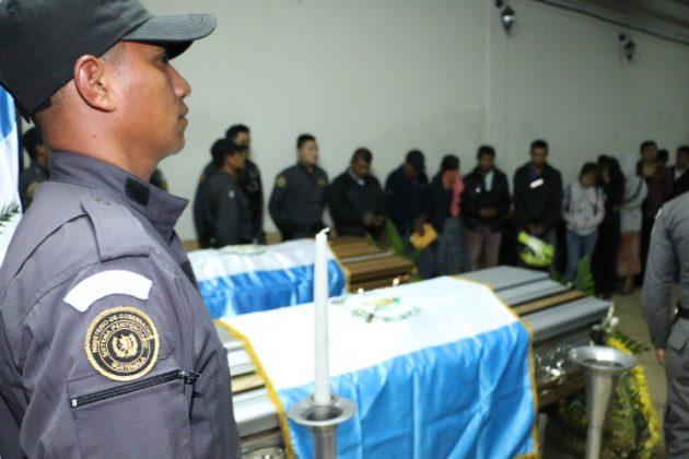 Familiares, autoridades, compañeros y amigos, rindieron honras fúnebres a los dos agentes del SP muertos en el Hospital Roosevelt. (Foto Prensa Libre: DGSP)