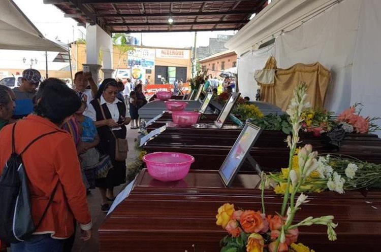 Los ataúdes con los restos de 10 víctimas de la erupción del Volcán de Fuego permanecen en el parque central de Alotenango, Sacatepéquez. (Foto Prensa Libre: Julio Sicán)