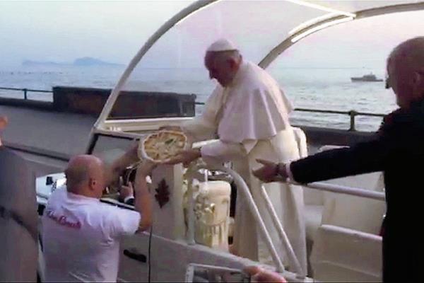 El papa Francisco recibe una pizza de Enzo Cacialli en Nápoles Italia. ( Foto Prensa Libre:AP).