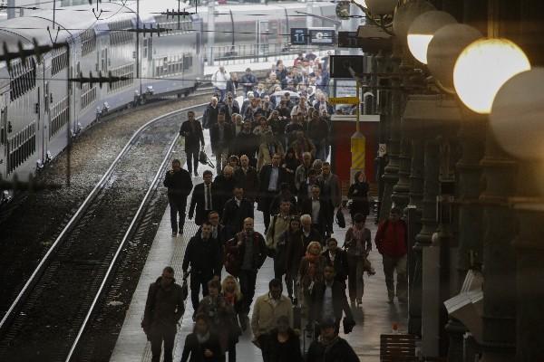 Varios pasajeros se ven afectadoa por una huelga de trenes en Francia. (Foto Prensa Libre:AP).