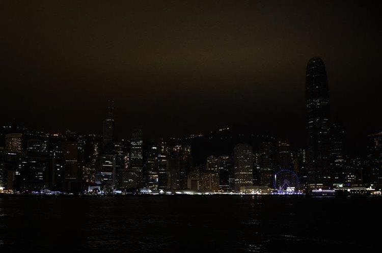 Hong Kong se queda a oscuras. (Foto Prensa Libre: AFP)