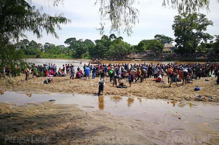 Hondureños atraviesan el río Suchiate.
