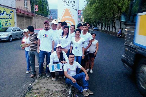 Algunos de los jóvenes que participaron en la actividad, en la que sustituyeron propaganda política por diseños artísticos, en Chiquimula. (Foto Prensa Libre: Edwin Paxtor)