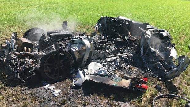 El vehículo quedó totalmente destruido, pero el propietario sólo tuvo heridas leves. (Foto del Sitio abc.es)