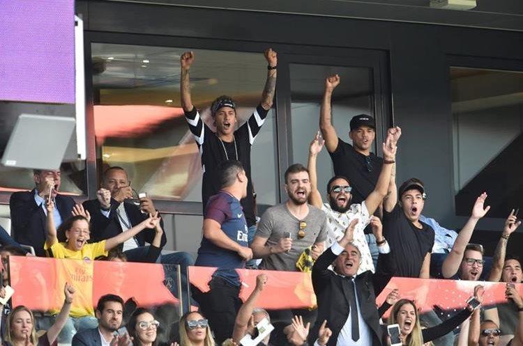 Neymar siguió desde las gradas el partido del PSG. (Foto Prensa Libre: AFP)