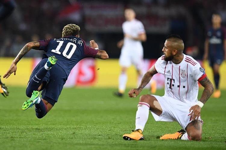 Neymar vuela por los aires luego de una fuerte entrada de Arturo Vidal.
