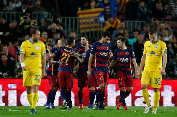 Los jugadores del Barcelona festejaron a lo grande ante su afición. (Foto Prensa Libre: AP)