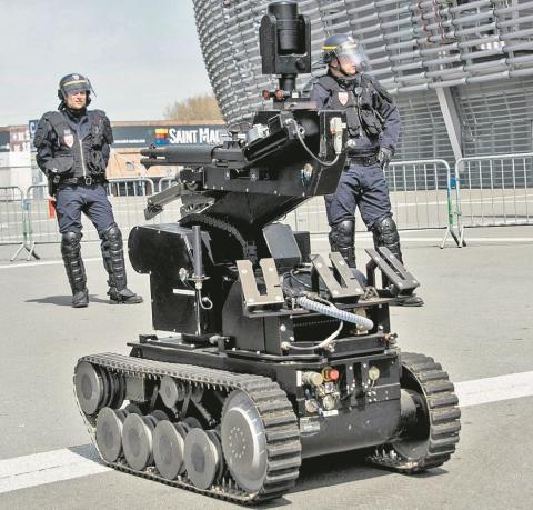 Policías con un robot durante los operativos de seguridad por la Eurocopa 2016. (Foto Prensa Libre: Hemeroteca PL)