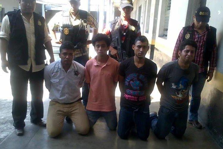 Los supuestos extorsionistas fueron apresados luego de una persecución que finalizó en la zona 3. (Foto Prensa Libre: PNC)