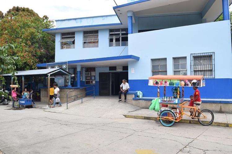 El Hospital Regional de Zacapa suspende las visitas a los pacientes, durante dos semanas, por casos de conjuntivitis. (Foto Prensa Libre: Mario Morales)