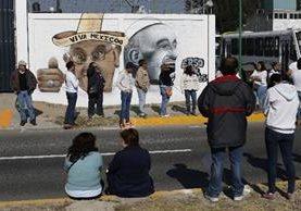 """Varios mexicanos <span class=""""hps"""">están coloca</span>dos <span class=""""hps"""">al lado de un</span> <span class=""""hps"""">muro de</span> <span class=""""hps"""">murales que representan</span> <span class=""""hps"""">al Papa, en la Ciudad de México. (Foto Prensa Libre:AP).</span>"""