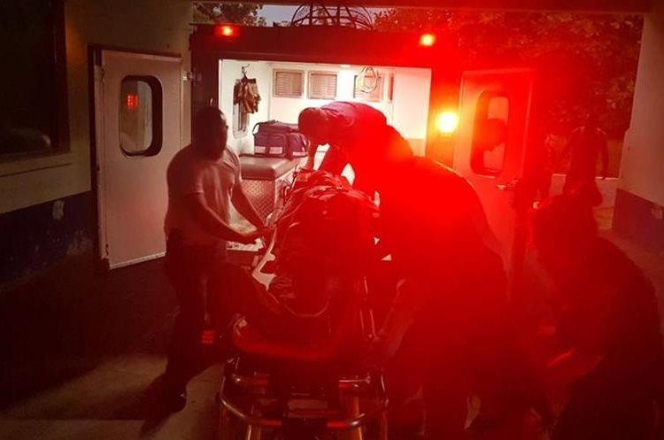 Dos personas fueron trasladadas a Hospital Nacional de Retalhuleu. (Foto Prensa Libre. CRG)
