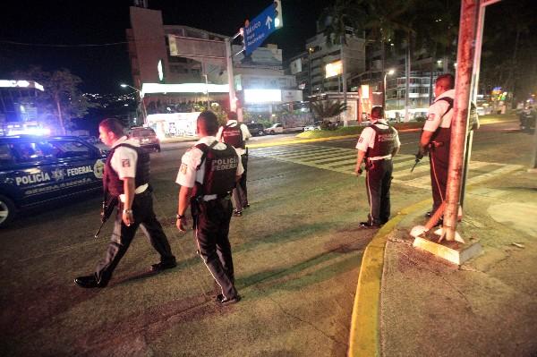 <span>Policías federales</span> <span>llegan a la escena del crimen en una</span><span> zona turística</span><span> en Acapulco. (AFP).</span>