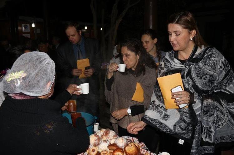 Los artesanos ofrecieron degustaciones del chocolate producido en la ciudad al grupo de diplomáticos que visitó Quetzaltenango. (Foto Prensa Libre: María Longo)