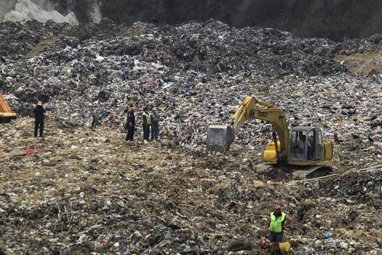 Maquinaria se utiliza para la búsqueda de desaparecidos en el relleno sanitario de la zona 3 capitalina. (Foto Prensa Libre: Hemeroteca PL)