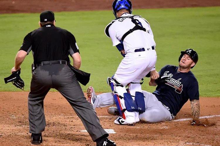 Acción durante el partido entre los Bravos de Atlanta y los Dodgers de Los Ángeles. (Foto Prensa Libre: AFP)