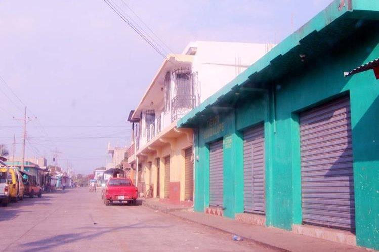 Locales cierran en Champerico, Retalhuleu, debido a que sus dueños temen ser atacados por grupos de extorsionistas. (Foto Prensa Libre: Rolando Miranda).