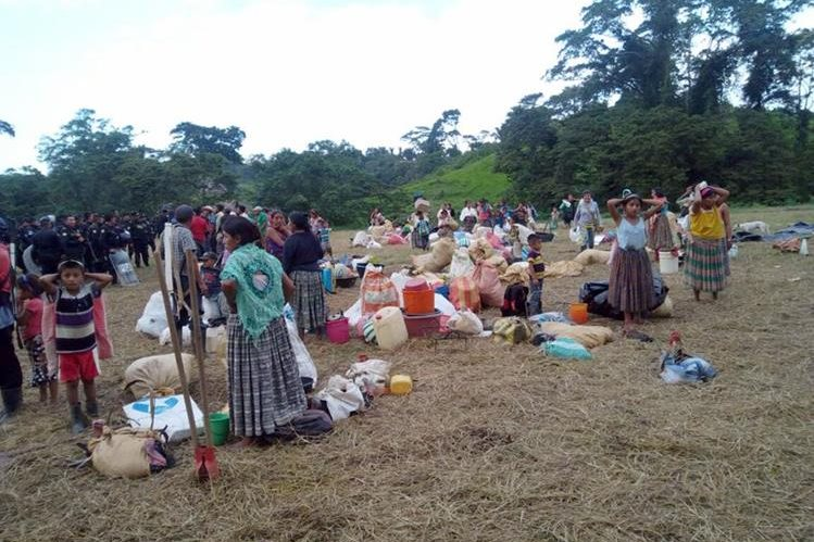 Familias desalojadas de Chab'il Ch'och llevan sus pertenencias a un sitio temporal a orillas del río Chocón Machacas. (Foto Prensa Libre: Dony Stewart)