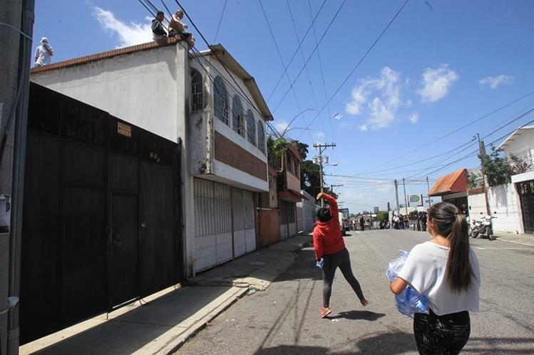 Vecinos preocupados por la seguridad en sus residencias porque durante el motín se desplazaron sobre varias vivienda. (Foto Prensa Libre: Érick Ávila)