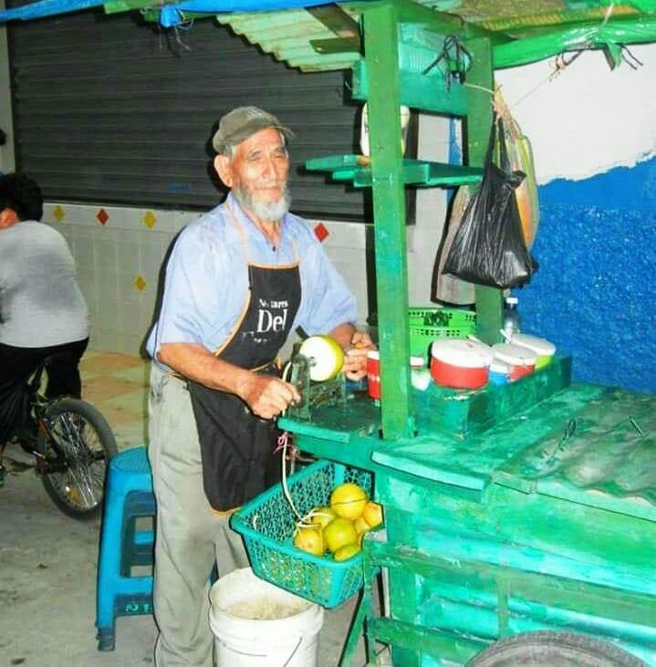 Octavio Urrutia Santiago, de 83 años, se dedicaba a vender frutas y manías en el parque Ismael Cerna, Ipala. (Foto Prensa Libre: Mario Morales)