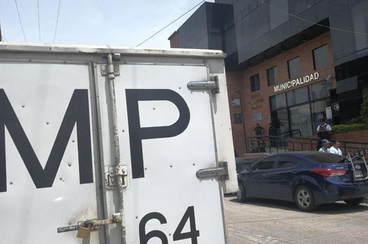 Ministerio Público secuestró documentación del área financiera y de Recursos Humanos en la municipalidad de Santa Catarina Pinula. (Foto Prensa Libre: Érick Ávila)