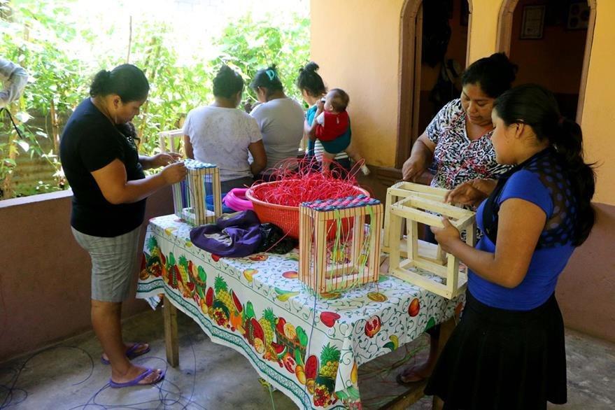 Mujeres en San Andrés Villa Seca resultarán beneficiadas económicamente con la elaboración de las canastas. (Foto Prensa Libre: Rolando Miranda)