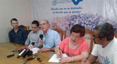 Carlos Fernando Chamorro (centro, al micrófono), habla durante la conferencia de prensa donde dio a conocer el acto intimidatorio. (Foto: @nicaraguahoy)