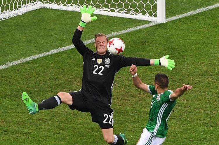 """Ter-Stegen le niega el gol a Javier """"el Chicharito"""" Hernández en una jugada clave del partido. (Foto Prensa Libre: AFP)"""