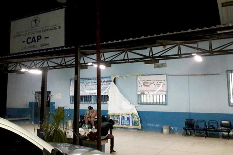 Los Bomberos Voluntarios trasladaron a las heridas a varios centros asistenciales, luego que sufrieran un accidente de tránsito en Los Amates, Izabal. (Foto Prensa Libre: Dony Stewart)