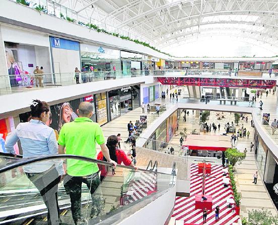 Centros comerciales invirtieron en publicidad para atraer más clientes.