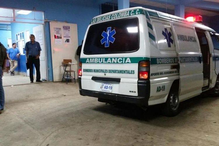 Socorristas trasladan al herido a un hospital de Coatepeque, Quetzaltenango. (Foto Prensa Libre: Alexánder Coyoy)