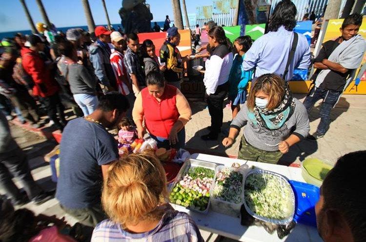 Migrantes de la primera caravana que salió desde honduras y recorrió el territorio guatemalteco y mexicano comienzan a congregarse hoy, en Tijuana. miércoles 14 de noviembre de 2018, en la valla fronteriza de Tijuana (México). Aproximadamente 800 migrantes centroamericanos han llegado a la fronteriza ciudad mexicana de Tijuana con el propósito de solicitar asilo en Estados Unidos, y para el viernes se espera la llegada de al menos 2.000 más en autobuses, dijeron autoridades federales a Efe. De los extranjeros que han llegado de forma paulatina a esta ciudad del noroeste de México, un puñado pasaron la noche a la intemperie en la zona de Playas de Tijuana, una área residencial adyacente a Estados Unidos. EFE/Joebeth Terriquez