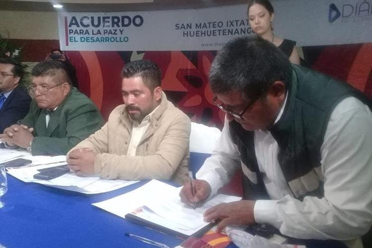 Representantes de varios sectores firman un acuerdo para la paz y el desarrollo de San Mateo Ixtatán, Huehuetenango. (Foto Prensa Libre: Mike Castillo)