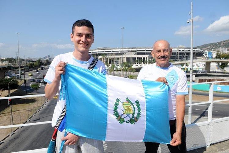 José y Carlos Navas, originarios de Asunción Mita, Jutiapa, visitaron el estadio Maracaná. (Foto Prensa Libre: Jeniffer Gómez)