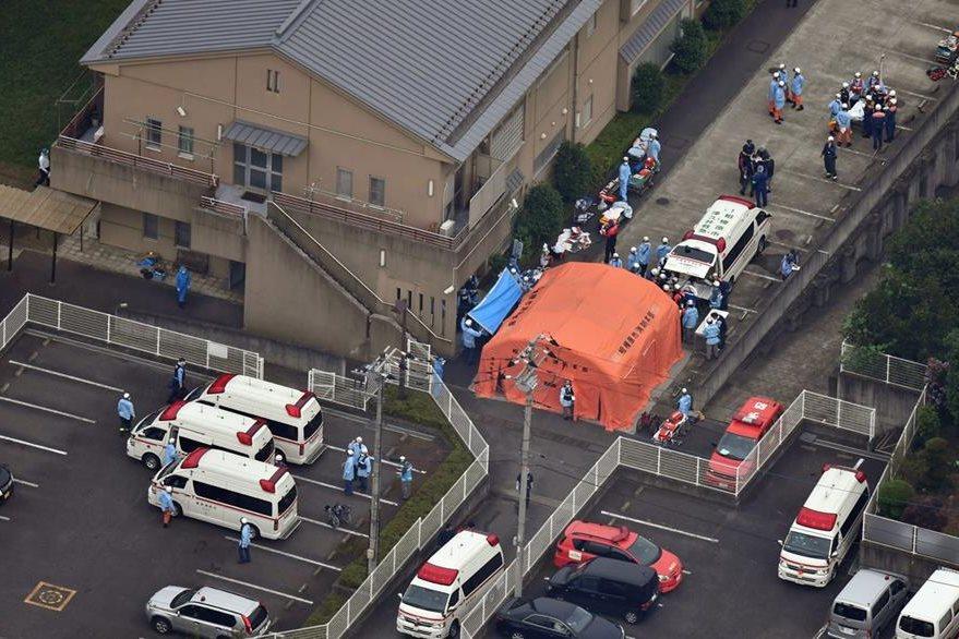 Vista aérea de autoridades de emergencia en el Tsukui Yamayuri Garden, la casa de cuidado para personas discapacitadas en Sagamihara, donde el lunes Satoshi Uematsu mató a 19 personas a cuchilladas. (Foto Prensa Libre: EFE).