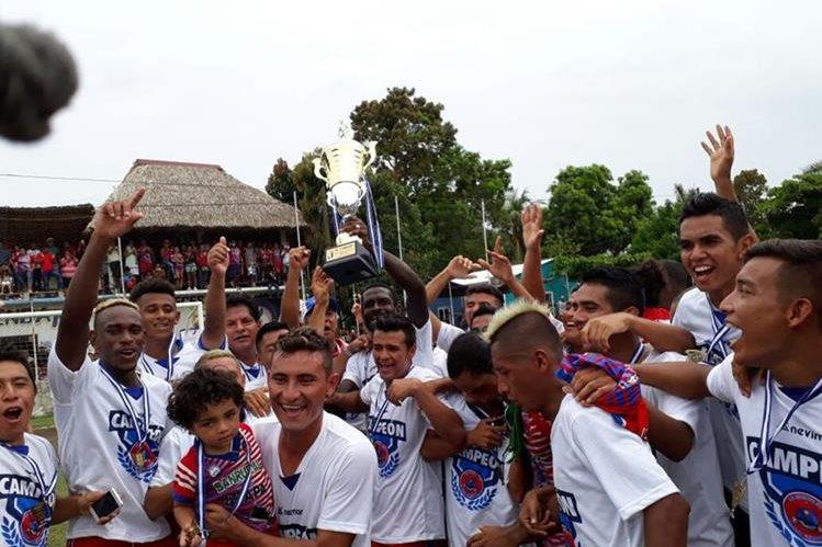 Así festejaron los jugadores de Iztapa. (Foto Prensa Libre: Norvin Mendoza)