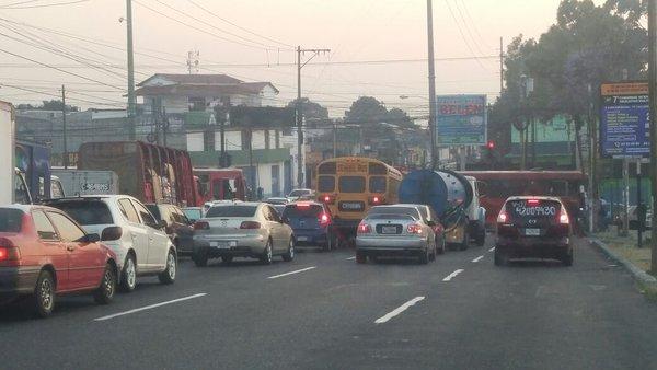Tránsito en la 47 avenida y calzada San Juan, zona 3 de Mixco. (Foto Prensa Libre: Dalia Santos)