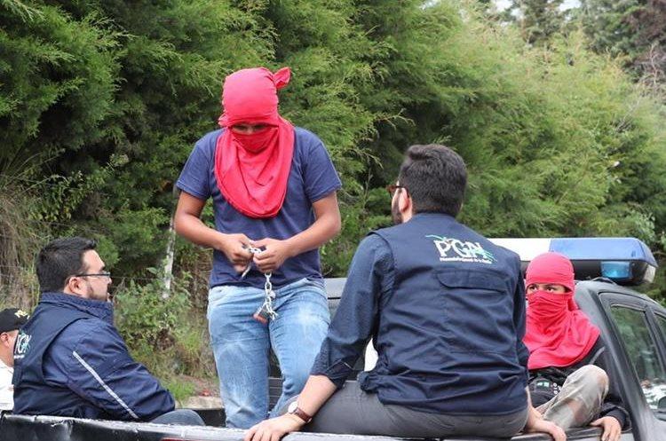 Los adolescentes fueron trasladados al Centro Regional de Justicia en un autopatrulla de la Policía Nacional Civil. (Foto Prensa Libre: Fred Rivera)