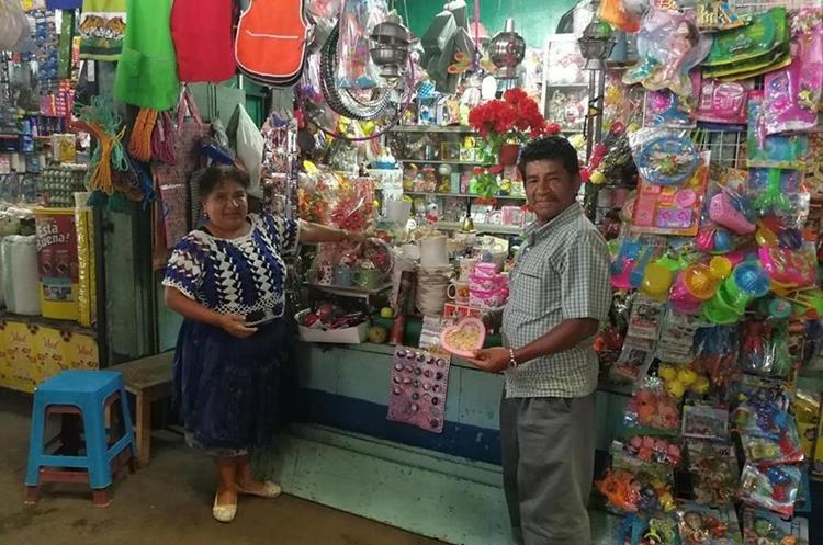 Mauricio Vásquez y su esposa Zoila Esperanza Menchú ofrecen variedad de productos en el mercado Colón, en la capital. (Foto Prensa Libre: Juan Carlos Rivera).