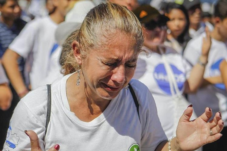 Imagen referencial. Una mujer llora durante una marcha contra la violencia en El Salvador, el domingo último. (Foto Prensa Libre: EFE).