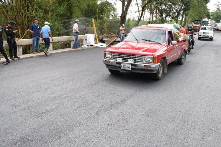 El paso sobre el puente Cameyá fue habilitado este lunes. (Foto Prensa Libre: Cristian I. Soto)