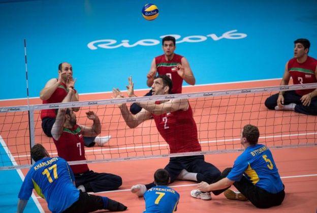 Mehrzadselakjani visiblemente se destaca por sobre sus compañeros y el equipo rival. (AFP)
