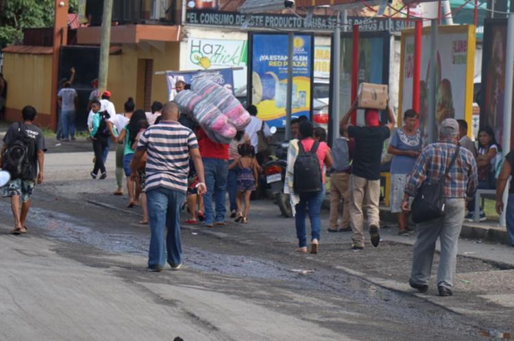 Muchas personas caminan para llegar a su destino, pues los bloqueos afectan su movilidad. (Foto Prensa Libre: Dony Stewart).