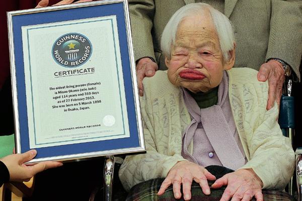 Misao Okawa, posa con el certificado de la mujer más vieja del mundo. (Foto Prensa Libre:AP).