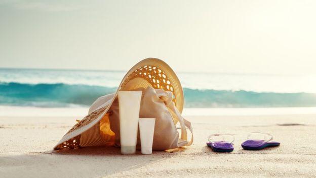 Existen en el mercado opciones más sofisticadas para cuidarte de los rayos ultravioleta que las de la imagen: las prendas con protección solar incorporada. (THINKSTOCK).